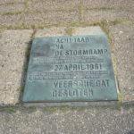 Plaquette bij monument op Veerse Dam -chalet zeeland